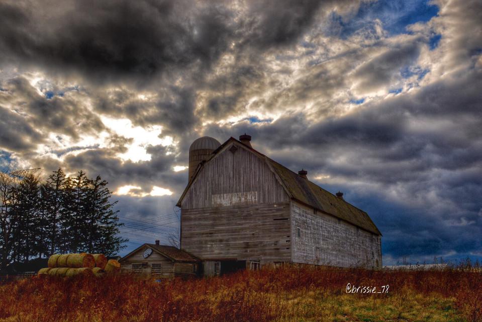 Beautiful Sky!!! #skylovers #skyporn #skies #skyisthelimit #bluesky #clouds #barn #countrylife #farm #sunset #country #countryside #illinois