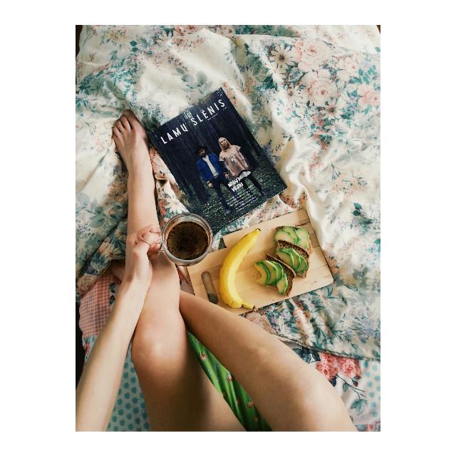 Good morning sunday ☀ ☀ ☀ #sunday #breakfast #magazine #coffee #vegan #sandwiches #avocado #banana 🍵 🍔 🍌 📰